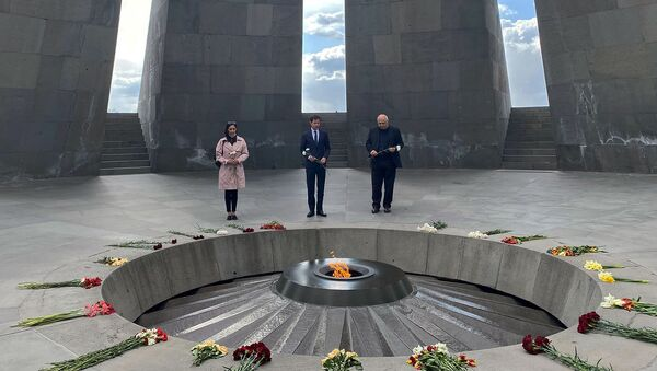 Представитель Франции в Европарламенте Франсуа-Кзавие Беламин посетил мемориал Геноцида армян (3 апреля 2021). Еревaн - Sputnik Արմենիա