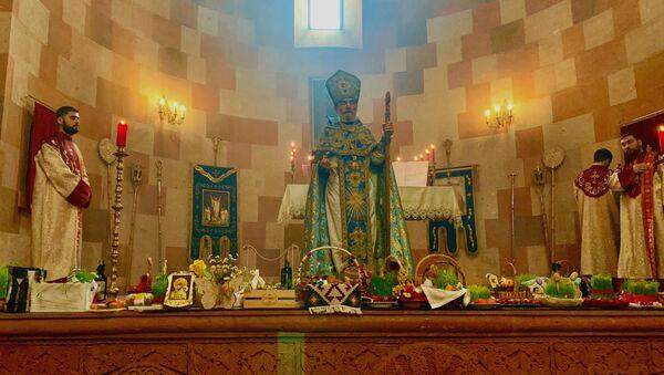 Архиепископ Паргев Мартиросян проводит пасхальную Литургию в Соборе Пресвятой Богородицы (4 апреля 2021). Степанакерт - Sputnik Армения