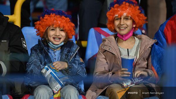 Болельщики во время футбольного матча между сборными Армении и Румынии в рамках отборочного цикла ЧМ-2022 (31 марта 2021). Еревaн - Sputnik Армения