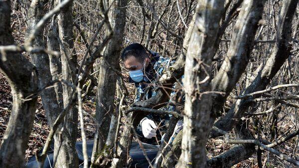 Сотрудник госслужбы по чрезвычайным ситуациям МВД Карабаха во время поисков тел погибших военнослужащих - Sputnik Արմենիա