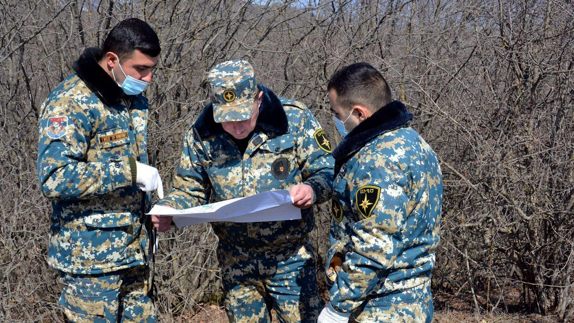 Сотрудники госслужбы по чрезвычайным ситуациям МВД Карабаха во время поисков тел погибших военнослужащих - Sputnik Армения, 1920, 24.05.2021