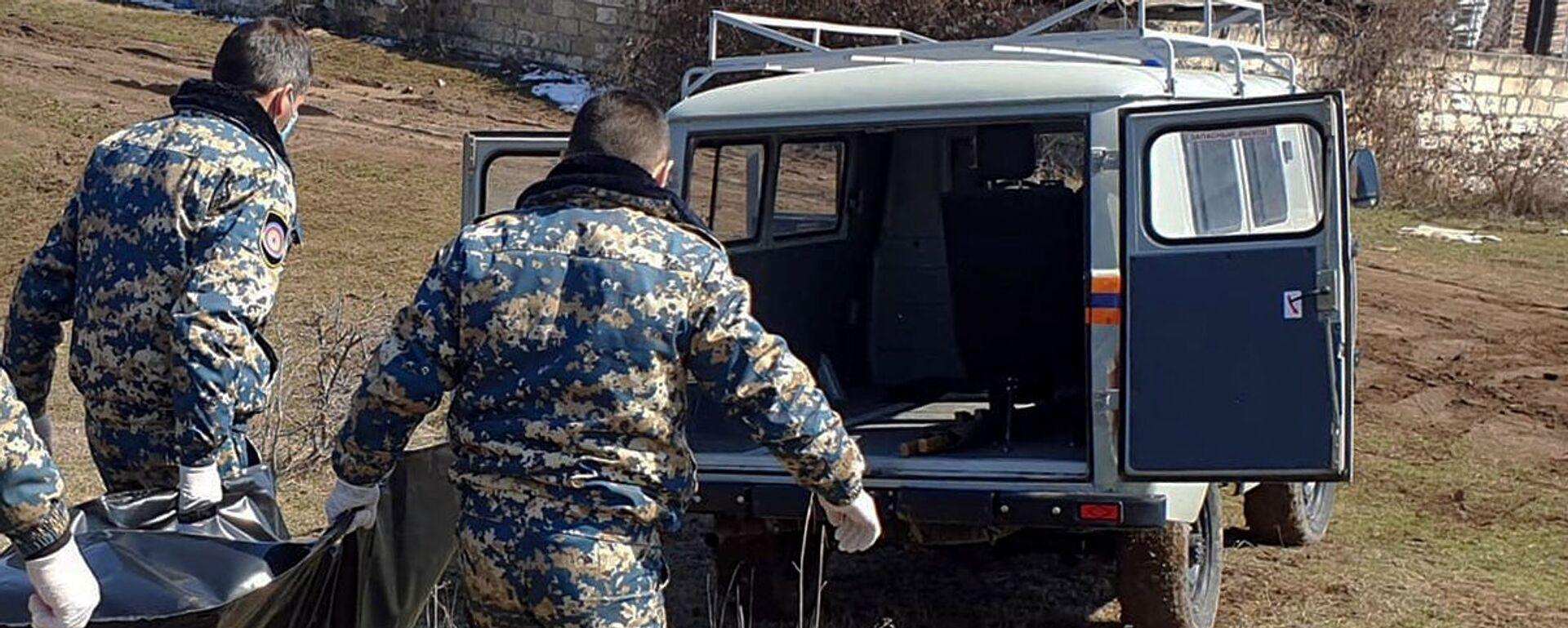 Сотрудники госслужбы по чрезвычайным ситуациям МВД Карабаха во время поисков тел погибших военнослужащих - Sputnik Արմենիա, 1920, 14.04.2021