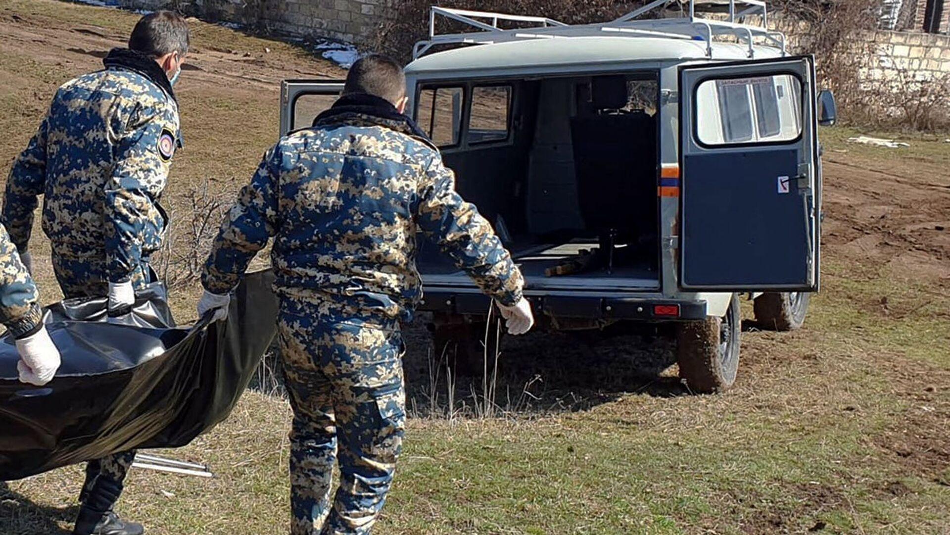 Сотрудники госслужбы по чрезвычайным ситуациям МВД Карабаха во время поисков тел погибших военнослужащих - Sputnik Армения, 1920, 23.04.2021