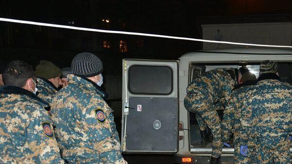 Сотрудники ГСЧС перевозят тела военнослужащих в морг - Sputnik Армения