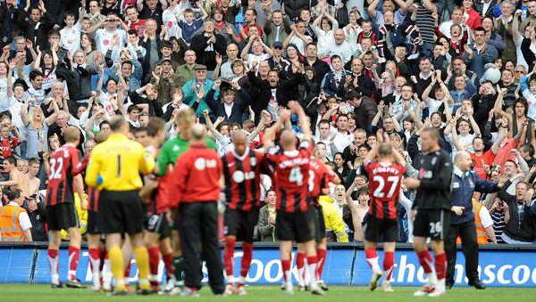 Футболисты Фулхэма празднуют победу перед своими болельщиками после победы над Манчестер Сити (25 апреля 2008). Манчестер - Sputnik Армения