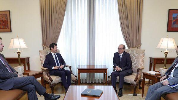 Министр иностранных дел Армении Ара Айвазян встретился с представителем Франции в Европарламенте Франсуа-Кзавие Беламином (5 апреля 2021). Еревaн - Sputnik Արմենիա
