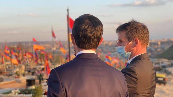Посол Франции в Армении Джонатан Лакот вместе с Франсуа-Ксавье Беллами в военном пантеоне Ераблур  - Sputnik Արմենիա