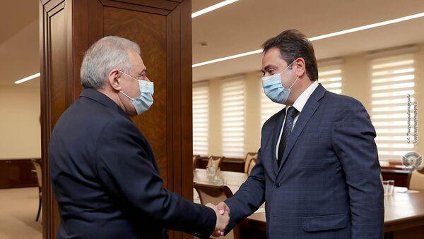 Встреча министров обороны и высокотехнологической промышленности Вагаршака Арутюняна и Айка Чобаняна (6 апреля 2021). Еревaн - Sputnik Արմենիա