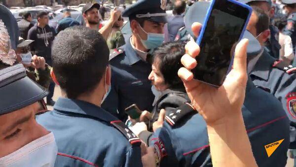 Стычка между активистками и полицейскими в ходе акции протеста у здания правительства Армении 7 апреля - Sputnik Армения