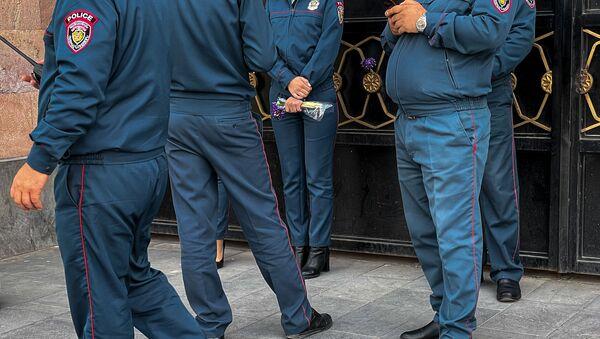 Полицейские во время акции протеста женщин-участниц движения ВЕТО, требующих отставки премьер-министра Пашиняна (7 апреля 2021). Еревaн - Sputnik Армения