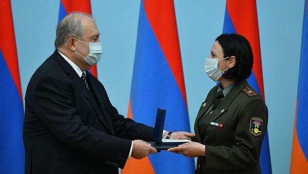 По случаю Дня материнства и красоты Президент Армен Саркисян вручил государственные награды группе женщин-военнослужащих (7 апреля 2021). Еревaн - Sputnik Армения