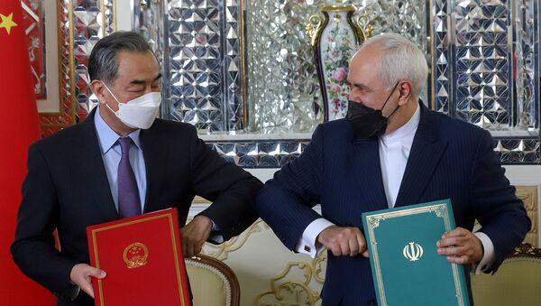 Главы МИД Ирана и Китая Мохаммад Джавад Зариф и Ван И приветствуют друг друга во время церемонии подписания 25-летнего соглашения о сотрудничестве (27 марта 2021). Тегеран - Sputnik Արմենիա