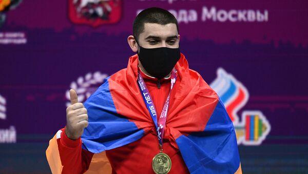 Тяжелоатлет Карен Авагян, завоевавший золотую медаль в соревнованиях среди мужчин в весовой категории до 89 кг на чемпионате Европы по тяжелой атлетике, на церемонии награждения (8 апреля 2021). Москвa - Sputnik Армения