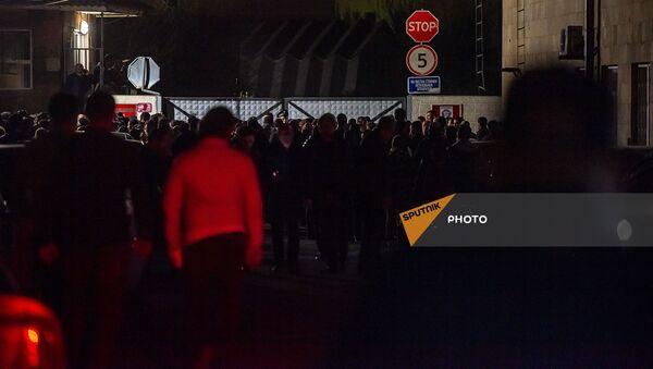 Собравшиеся граждане у аэропорта Эребуни (8 апреля 2021). Еревaн - Sputnik Արմենիա