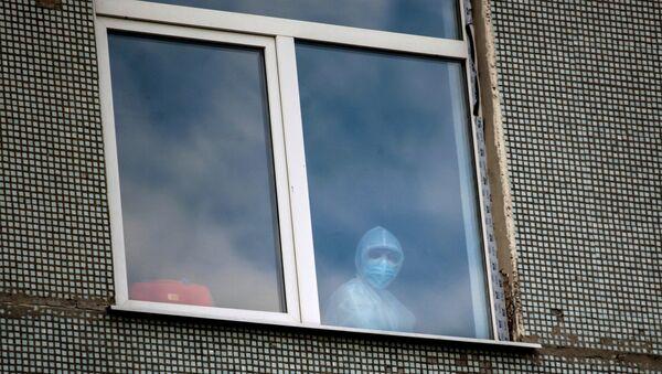 Медицинский сотрудник в окне одной из палат больницы - Sputnik Армения