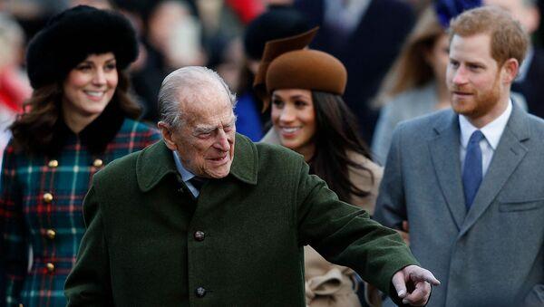 Принц Филипп, Кэтрин, герцогиня Кембриджская, невеста принца Гарри Меган Маркл и принц Гарри прибывают на традиционную Рождественскую службу Королевской семьи в церкви Святой Марии Магдалины (25 декабря 2017). Сандрингем - Sputnik Армения