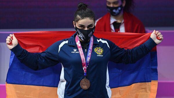 Тяжелоатлет Лиана Гюрджян, завоевавшая бронзовую медаль по сумме двоеборья в соревнованиях среди женщин в весовой категории до 81 кг на чемпионате Европы по тяжелой атлетике, на церемонии награждения (9 апреля 2021). Москвa - Sputnik Армения