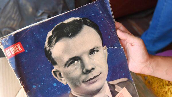 Первый советский космонавт Юрий Гагарин на обложке журнала Огонек  - Sputnik Армения
