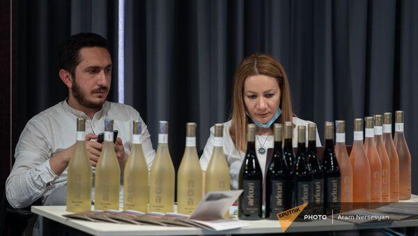 На благотворительной выставке-продаже вина в Ереване - Sputnik Армения