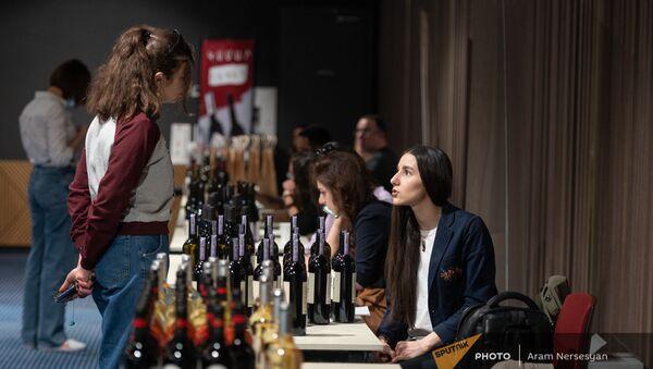 На благотворительной выставке-продаже вина в Ереване - Sputnik Արմենիա