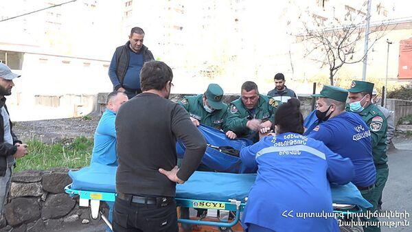 Спасатели помогли спустить упавшего с 4 этажа гражданина (12 апреля 2021). Еревaн - Sputnik Армения
