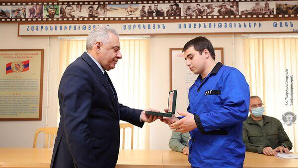 Министр обороны Вагаршак Арутюнян посетил Центральный клинический военный госпиталь МО РА (12 апреля 2021). Еревaн - Sputnik Արմենիա