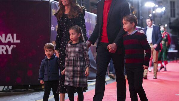 Британский принц Уильям и Кейт, герцог и герцогиня Кембриджские, и их дети (слева направо):  принц Луи, принцесса Шарлотта и принц Джордж на специальном представлении пантомимы в лондонском театре Палладиум (11 декабря 2020). Лондон - Sputnik Армения