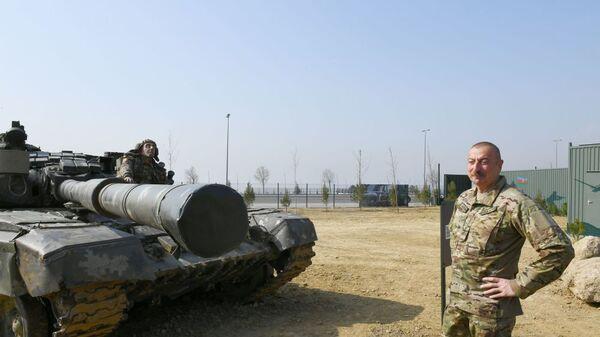 Ильхам Алиев в Парке военных трофеев в Баку - Sputnik Արմենիա