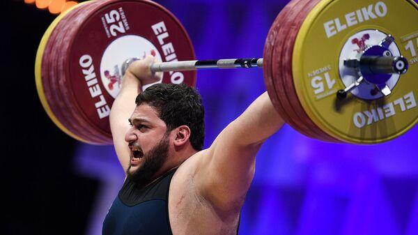 Тяжелоатлет Вараздат Лалаян во время соревнований в весовой категории свыше 109 кг среди мужчин на чемпионате Европы по тяжелой атлетике (11 апреля 2021). Москвa - Sputnik Армения