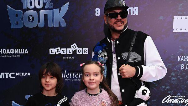 Филипп Киркоров с детьми Аллой-Викторией и Мартином-Кристо на премьере мультфильма 100% волк (6 апреля 2021). Москвa - Sputnik Армения