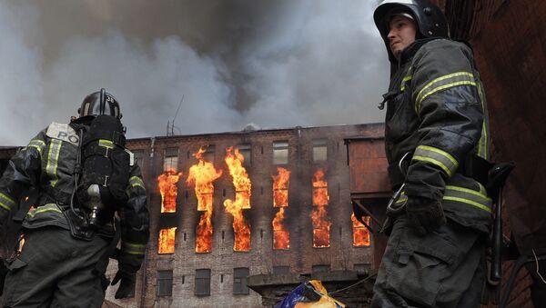 Сотрудник пожарной службы у здания фабрики Невская мануфактура (12 апреля 2021). Санкт-Петербург - Sputnik Армения