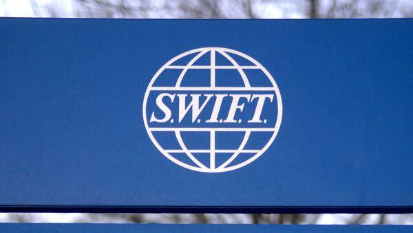 Вывеска Общества всемирных межбанковских финансовых телекоммуникаций (SWIFT) возле штаб-квартиры компании в Брюсселе - Sputnik Армения