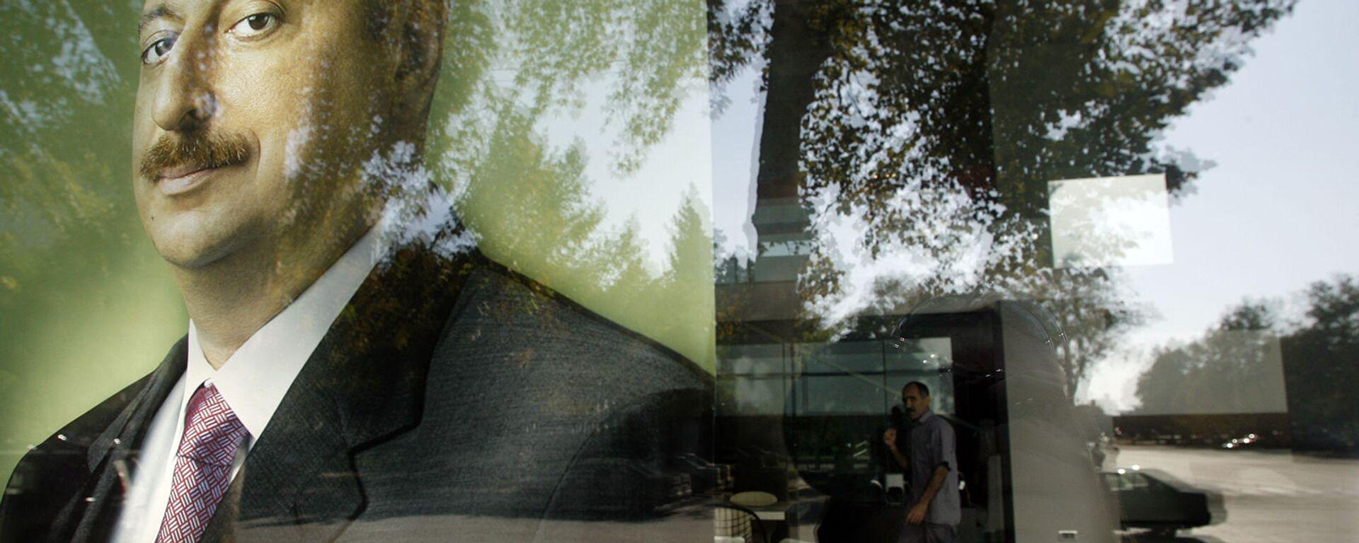 Предвыборный плакат президента Азербайджана Ильхама Алиева в отражении витрины (13 2008). - Sputnik Արմենիա, 1920, 27.09.2021