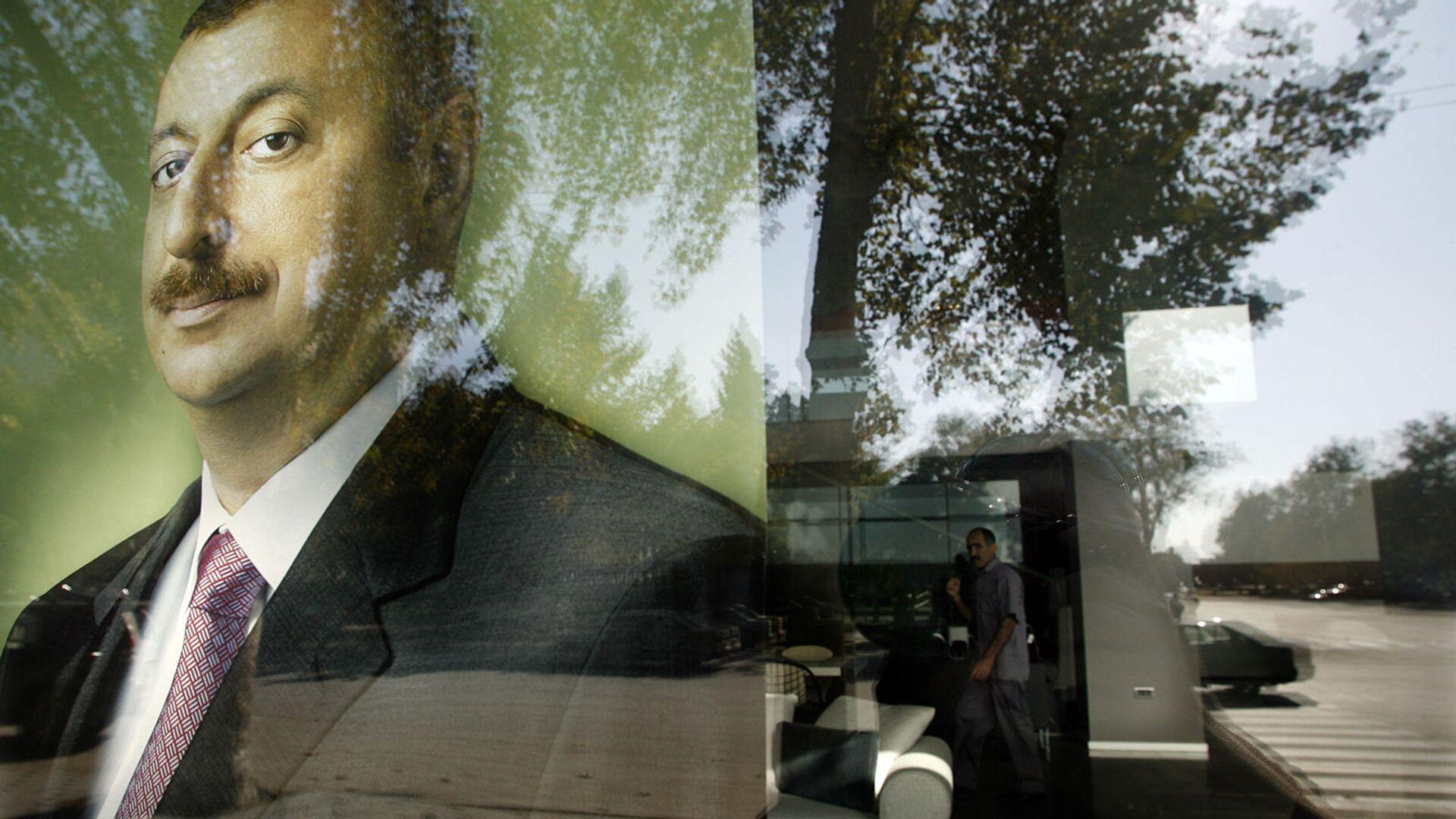 Предвыборный плакат президента Азербайджана Ильхама Алиева в отражении витрины (13 2008). - Sputnik Армения, 1920, 24.09.2021
