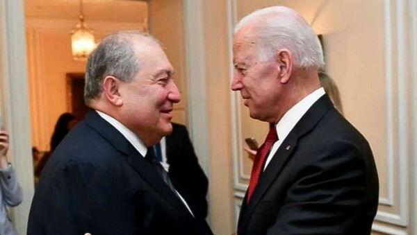 Президент Армении Армен Саркисян (слева) и Джо Байден - Sputnik Армения