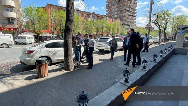 Сотрудники полиции на месте инцидента с пассажирами маршрутного такси (14 апреля 2021). Еревaн - Sputnik Արմենիա