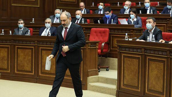Премьер-министр Никол Пашинян перед началом выступления в Парламенте с докладом о результатах проделанных работ 2020 (14 апреля 2021). Еревaн - Sputnik Армения
