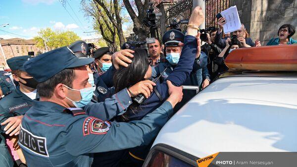 Полиция задерживает участников акции протеста на проспекте Баграмяна (14 апреля 2021). Еревaн - Sputnik Армения