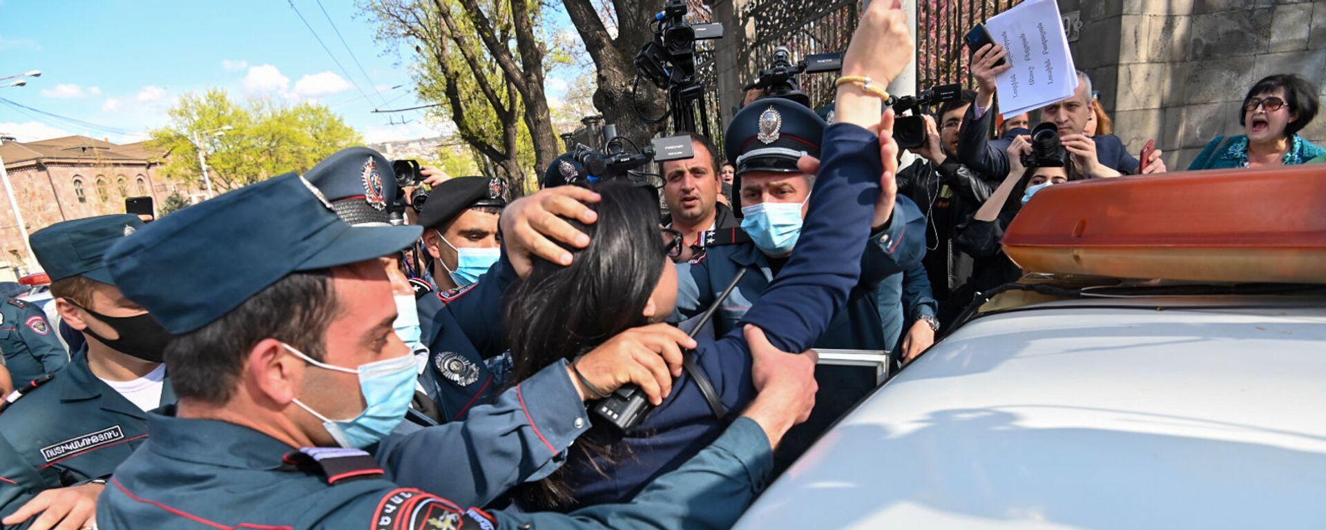 Полиция задерживает участников акции протеста на проспекте Баграмяна (14 апреля 2021). Еревaн - Sputnik Армения, 1920, 23.09.2021