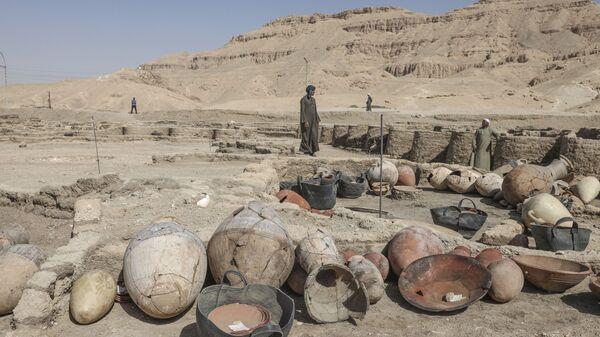 Раскопки на месте обнаруженного недалеко от Луксора золотого города в Верхнем Египте - Sputnik Армения