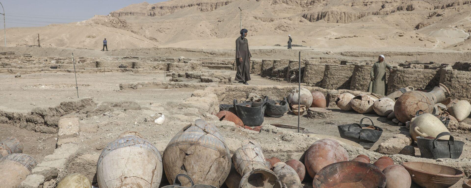 Раскопки на месте обнаруженного недалеко от Луксора золотого города в Верхнем Египте - Sputnik Армения, 1920, 21.09.2021