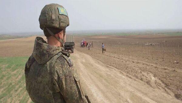 Российские миротворцы обеспечивают безопасность проведения сельскохозяйственных работ в Нагорном Карабахе - Sputnik Армения