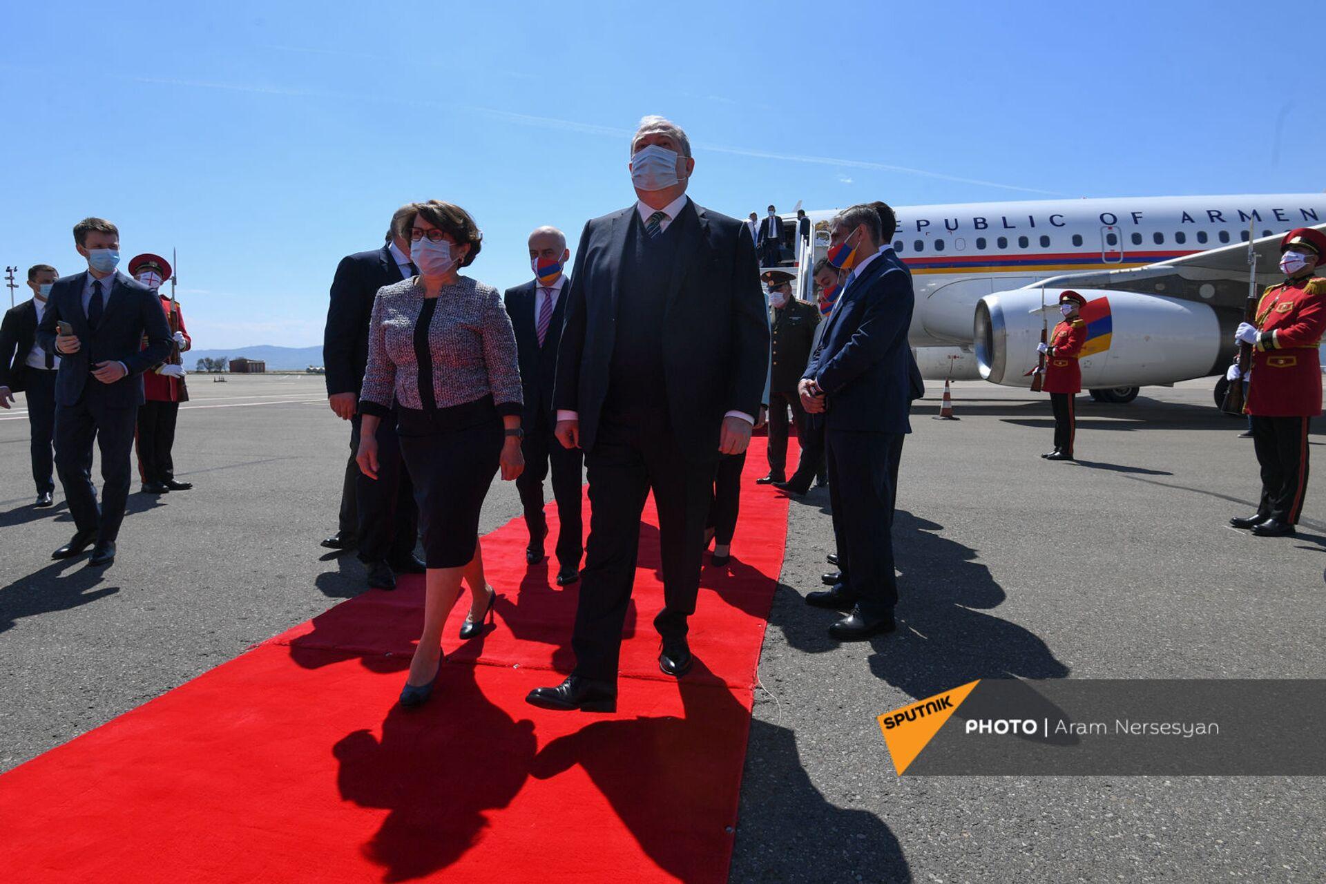 Հայաստանի և Վրաստանի դրոշները` դիմակների վրա. Արմեն Սարգսյանն արդեն Թբիլիսիում է - Sputnik Արմենիա, 1920, 15.04.2021