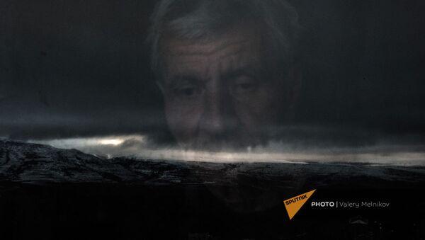 Житель Бердзора Акоп Терсян смотрит в окно своего дома (19 декабря 2020). Карабах - Sputnik Արմենիա