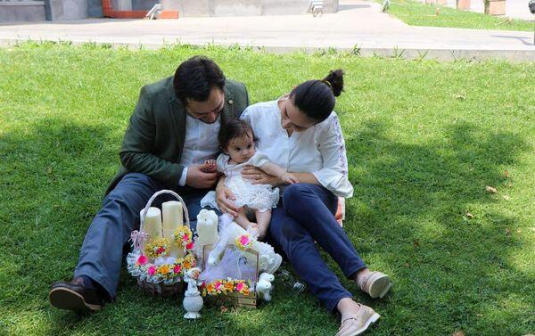Дьякон Нарек Петросян с семьей - Sputnik Армения