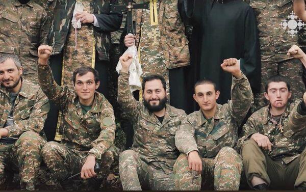 Дьякон Нарек Петросян с военнослужащими - Sputnik Армения