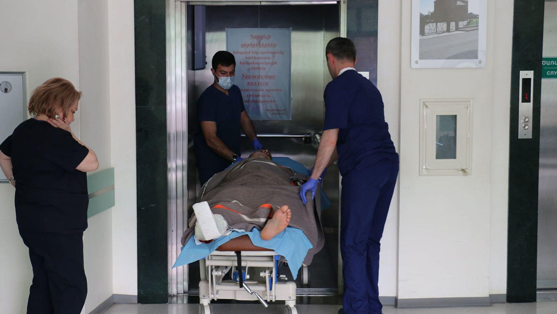 Медики транспортируют получившего ранение спасателя ГСЧС МВД Карабаха в республиканской больнице  - Sputnik Արմենիա, 1920, 15.04.2021