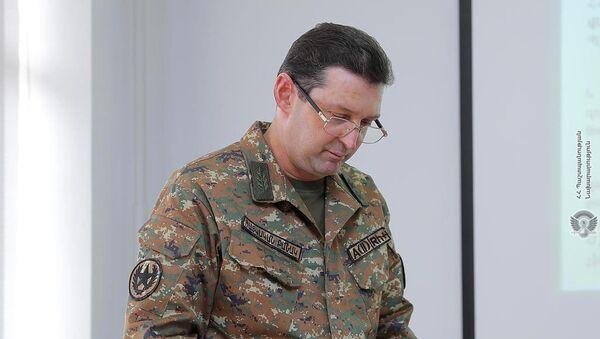 Начальник службы военного контроля МО, генерал-лейтенант Джалал Арутюнян во время доклада министру обороны о проделанных в 2020 году работах (26 марта 2021). Еревaн - Sputnik Արմենիա