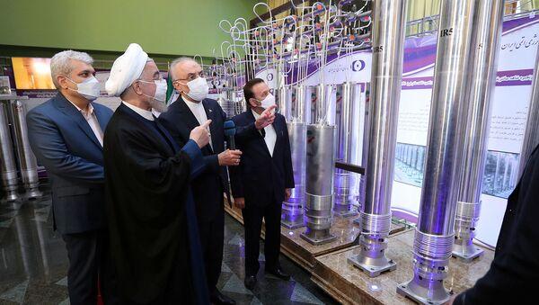 Президент Ирана Хасан Роухани рассматривает новые ядерные достижения Ирана во время Национального дня ядерной энергии страны (10 апреля 2021). Тегеран - Sputnik Армения