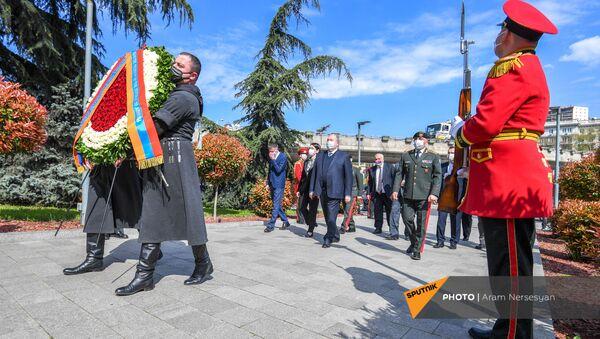 Президент Армении Армен Саркисян возложил цветы возложил цветы к мемориалу героям (16 апреля 2021 год). Тбилиси - Sputnik Армения